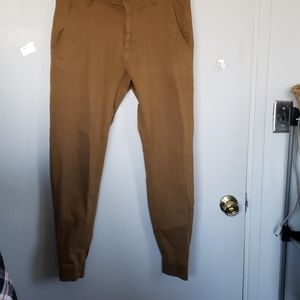Old Navy Men's pant gathered at the ankle.